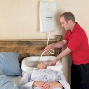 Vattenbehållare för hårtvätt i säng