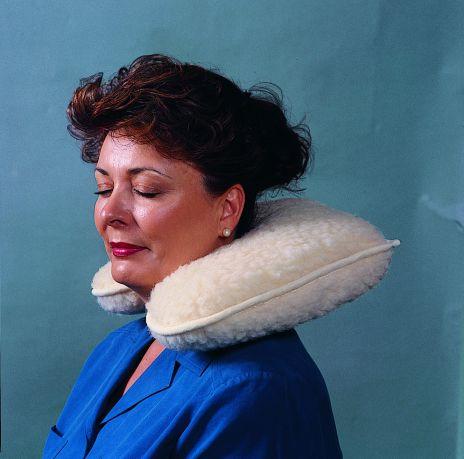 Nackkudde klädd med fårskinn